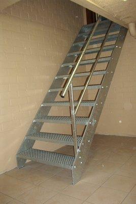 Keldertrap prijs halve parasol for Wat kost een houten trap